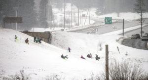 Read more about the article Hacinamiento, falta de estacionamiento, largas esperas: los problemas de accesibilidad a la nieve en el oeste de Washington