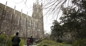 Read more about the article Se ordenó poner en cuarentena a 14.000 estudiantes después de que la fiesta de la fraternidad de Duke avivara el brote de COVID-19