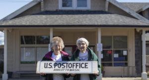 $662 es lo que se les pagaba al mes a dos personas de avanzada edad para administrar una pequeña oficina de correos en la ciudad de Washington.