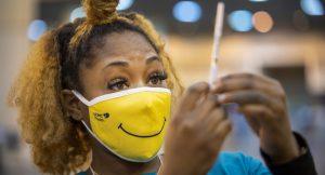 Read more about the article Es posible que las personas con inmunidad comprometida sigan necesitando máscaras y distanciamiento social